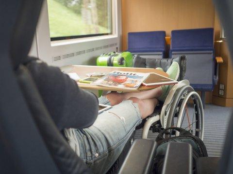 Mit dem Rollstuhl im Zug unterwegs (Quelle: Lukas Kapfer | www.th-10.de / Gesellschaftsbilder.de).