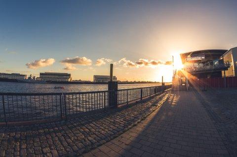 Zur gläsernen Werft von Außen bei Sonnenuntergang
