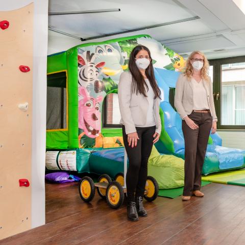 """Maleni Piyasiri und Caroline Reuther von der City Initiative stehen in den Räumlichkeiten der neuen Kinderbetreuung """"Pöks"""""""