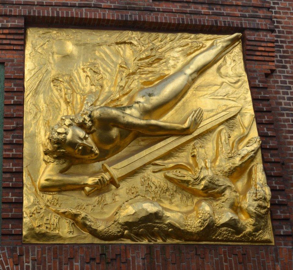 Die goldene Wandfigur über dem Eingang der Böttcherstraße.