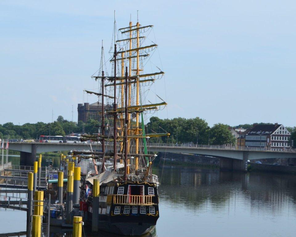 Ein Blick auf das Segelschiff Alexander von Humboldt, bekannt aus der Beckswerbung, an der Weser.