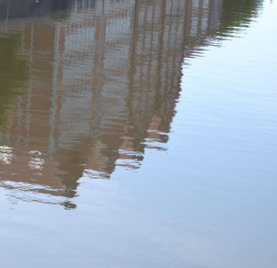Eine Wasseraufnahme: Auf der Weser spiegeln sich die Backsteingebäude vom Teerhof.