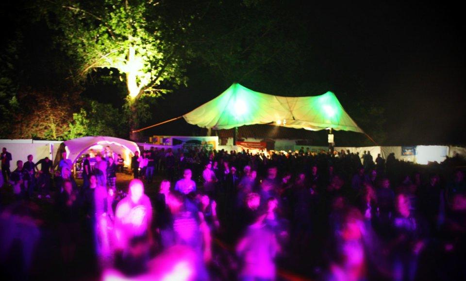 Deri Eingang des Festivals im Dunkeln beleuchtet