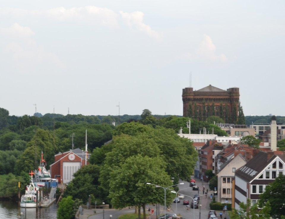 Der Blick von einem hohen Gebäude an der Weser in Richtung umgedrehte Kommode.