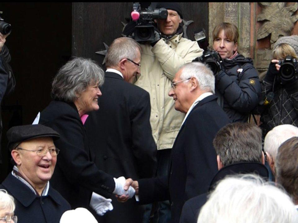 Ulrike Hauffe begrüßt die Schaffer an der Rathaustreppe