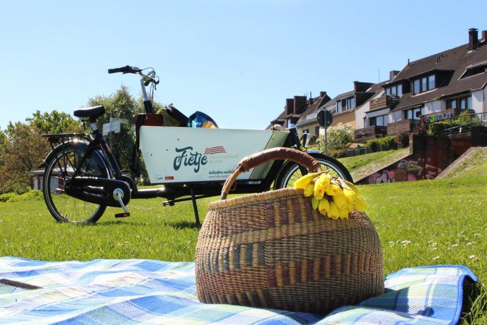 Ein Fietje Rad neben einem Picknick
