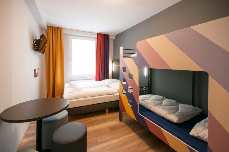 Blick in ein Zimmer mit 4 Betten im Hotel