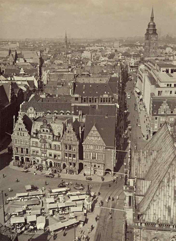 Eine schräge Aufsicht in schwarzweiß auf einen Marktplatz und die davon abgehenden Straßen 1934/1938.