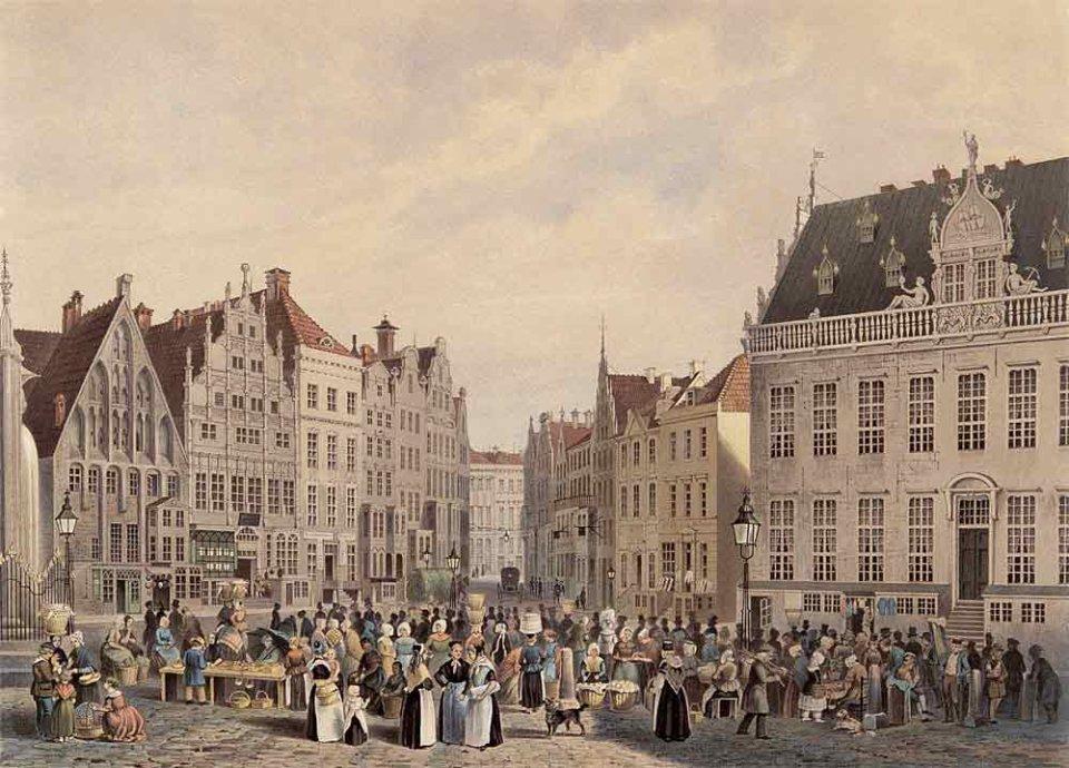 Die Lithografie eines von großen Häusern umringten Marktplatzes. Es herrscht eine große Betriebsamkeit von Menschen in historischer Kleidung..