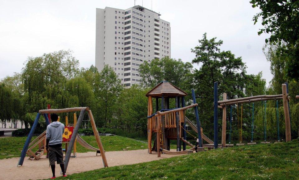 Das Aalto-Hochhaus in der Vahr mit Spielplatz im Vordergrund