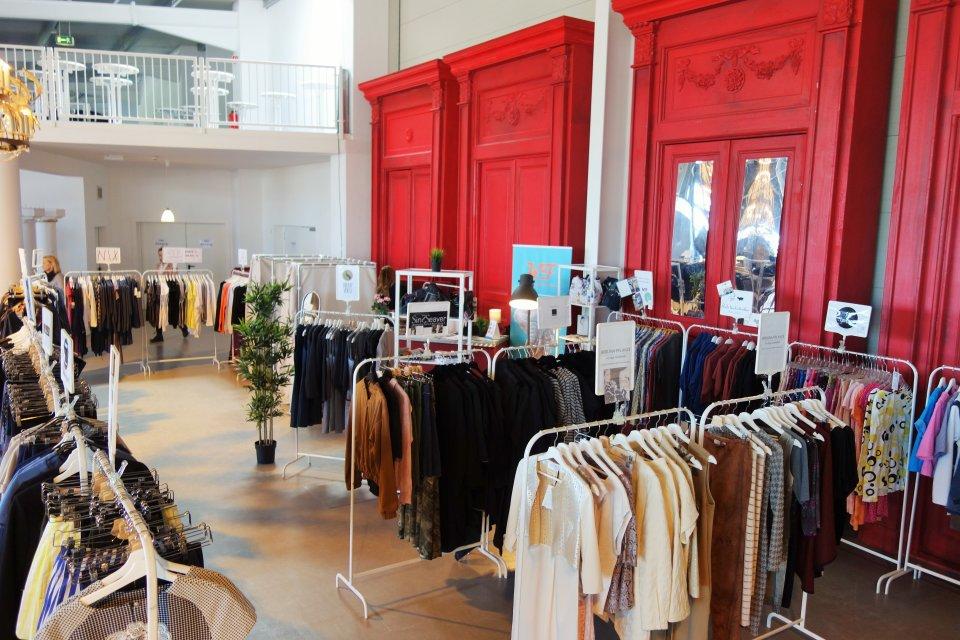 Kleiderständer mit Klamotten beim Fashion Exchange Pop-Up Store im Citylab.