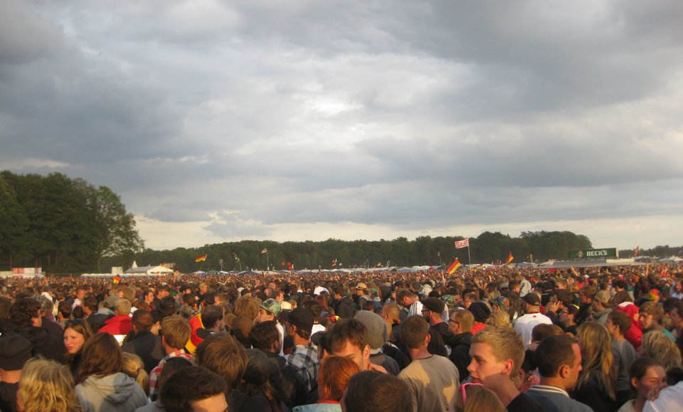 Eine Menschenmenge auf einem Musikfestival