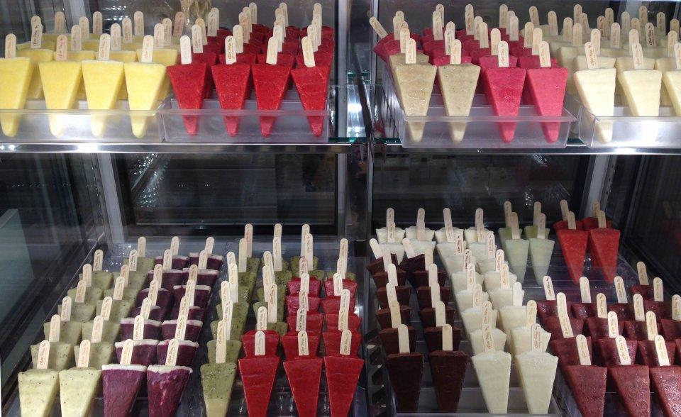 Die große Eistheke bei Fiev Sinn im Schnoor. Viele verschiedene bunte Eissorten am Stiel.
