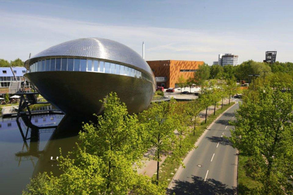 Aufnahme vom Gelände des Universum Bremen mit walförmigen Science Center, würfelförmiger SchauBox und Außengelände