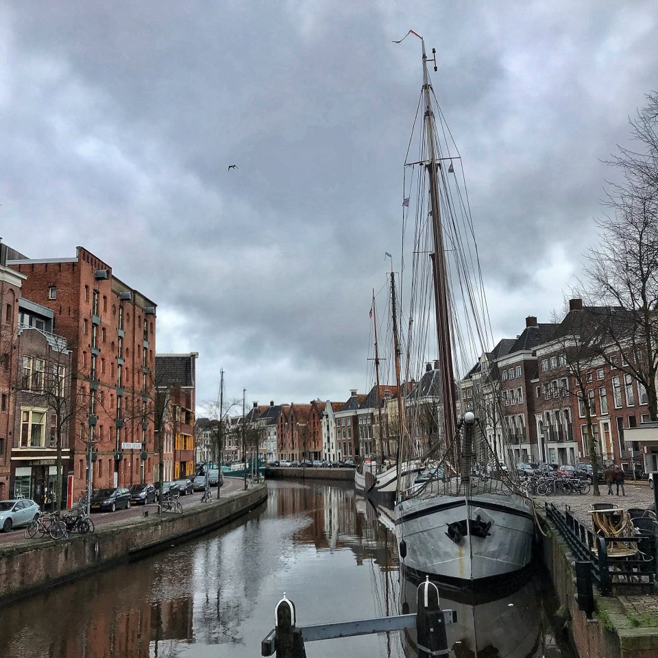 Idyllische Szenerie in Groningen am Kanal mit Segelbooten.