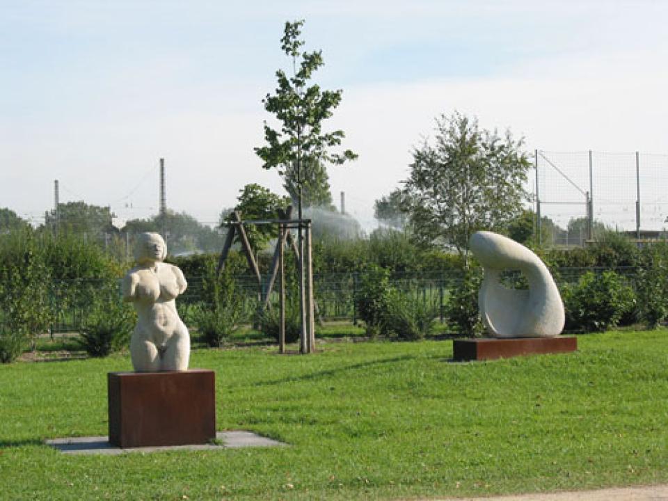 Die Büste einer Frau und eine abstrakte Skulptur im Grünzug West