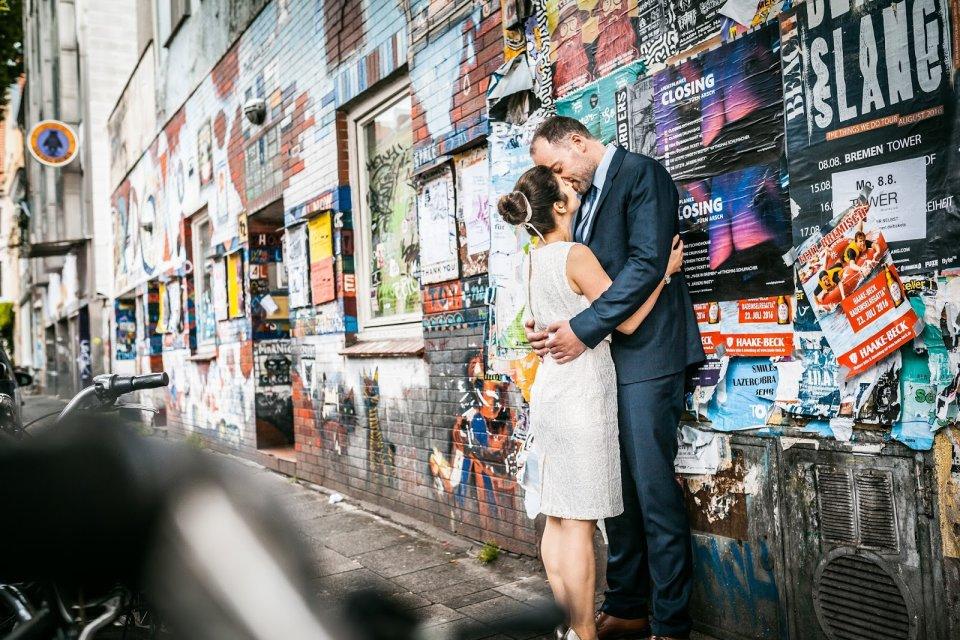 Ein Brautpaar kuesst sich im bremer Viertel