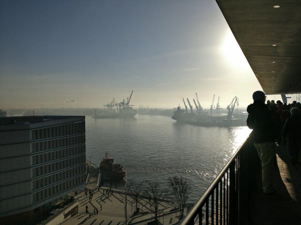 Idyllischer, Malerischer Blick über den Hamburger Hafen in der Dämmerung.