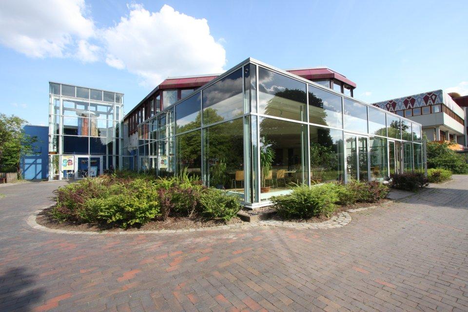 Das moderne Bürgerhaus Obervieland mit Glasvorbau.