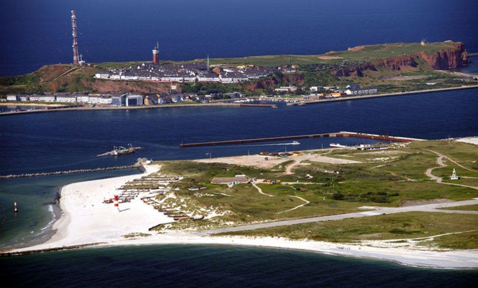 Eine Luftaufnahme der Helgoland-Düne mit der Hauptinsel im Hintergrund. Quelle: Kurverwaltung Helgoland