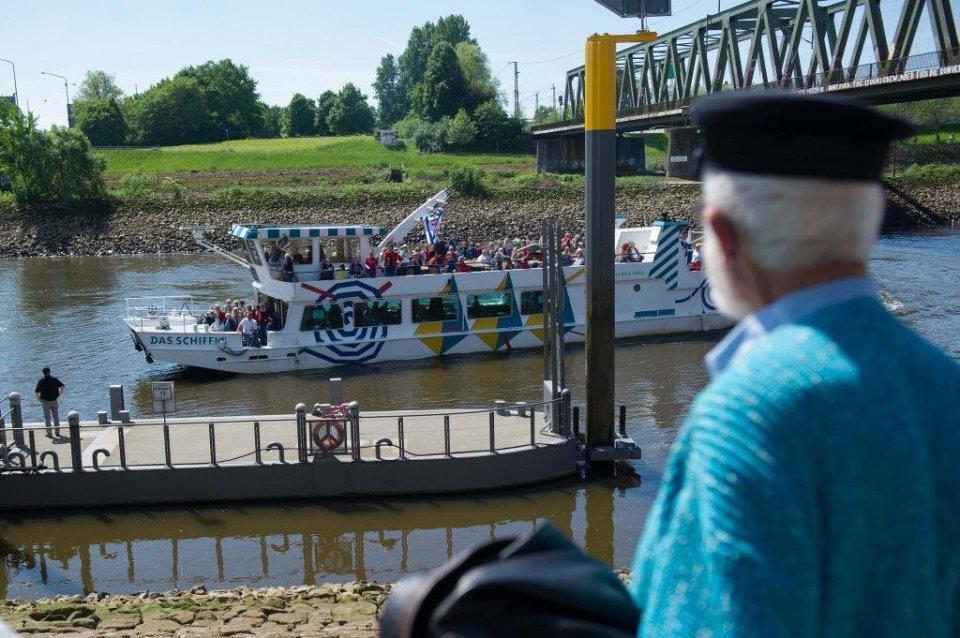 Maritime Woche - Seemann mit Blick auf die Weser