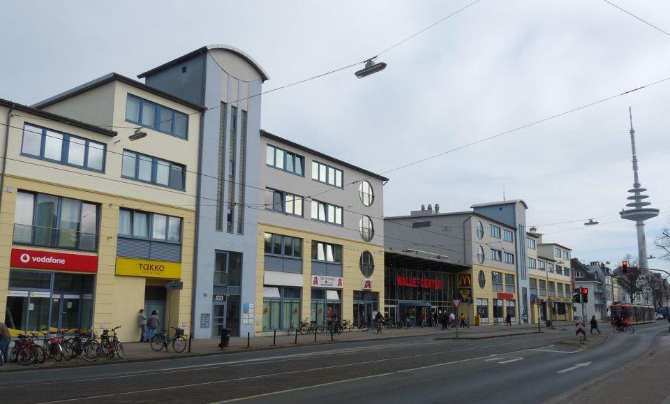Die Straße und der Eingang vom Walle Center sind zu sehen.