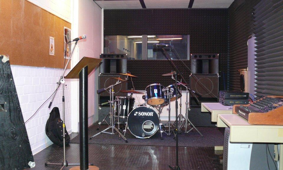 Ein Probenraum mit einer umfangreichen Ausstattung.