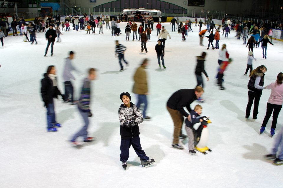 Menschen laufen auf Schlittschuhen auf dem Eis in der Eislaufhalle Paradice (Quelle: Sport Berntheusel GmbH / Paradice)
