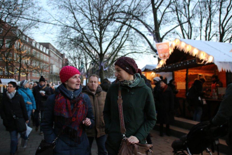 Zwei Frauen schlendern über den Schlachte-Zauber, im Hintergrund stehen Buden; Quelle: WFB/Katharina Müller