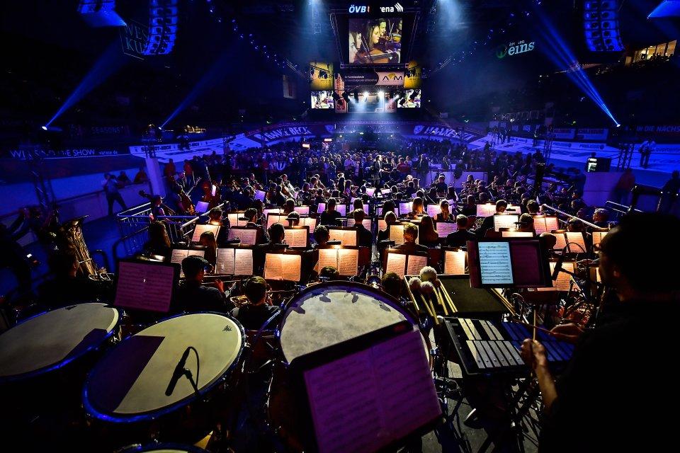 Halle der Sixdays mit Publikum und Orchester