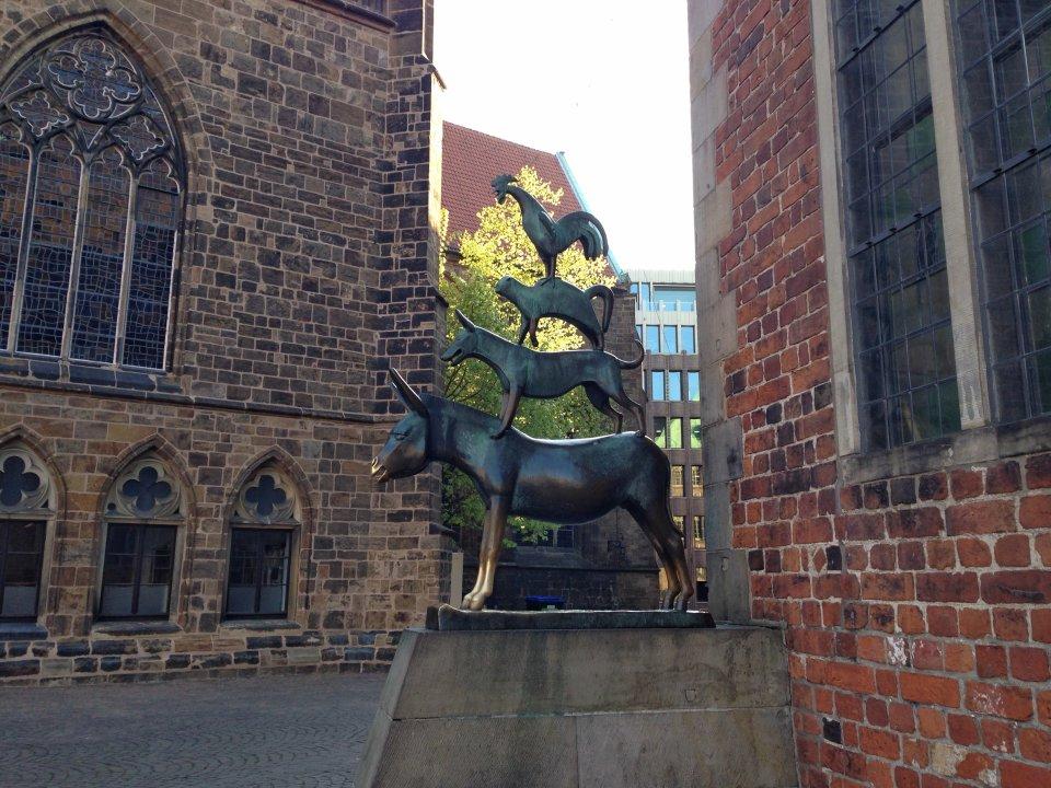 Ein Foto von der Bronzestatue der Bremer Stadtmusikanten: Esel, Hund, Katze und Hahn stehen aufeinander.