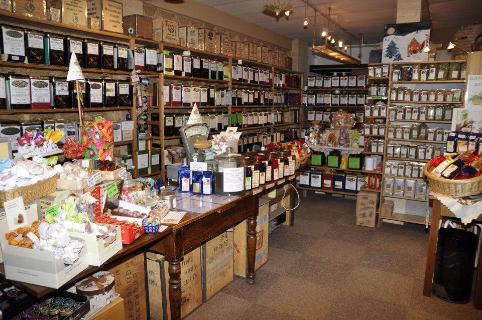 """Eine Aufnahme aus dem Geschäft """"Barbaras Tee und Keramik"""". Die Regale sind voller Teepackungen."""