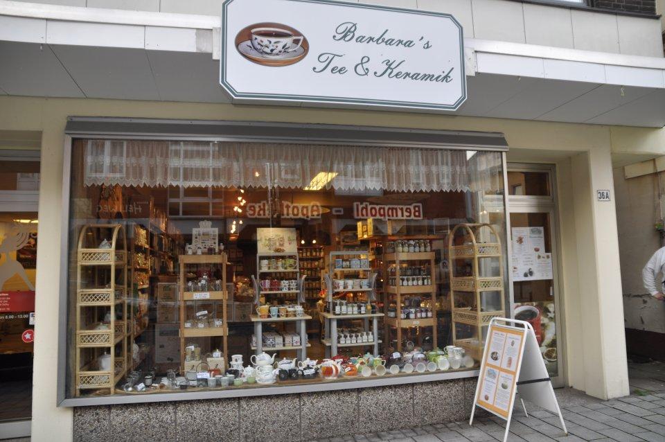 """Eine Aufnahme von außen von """"Barbaras Tee und Keramik""""."""