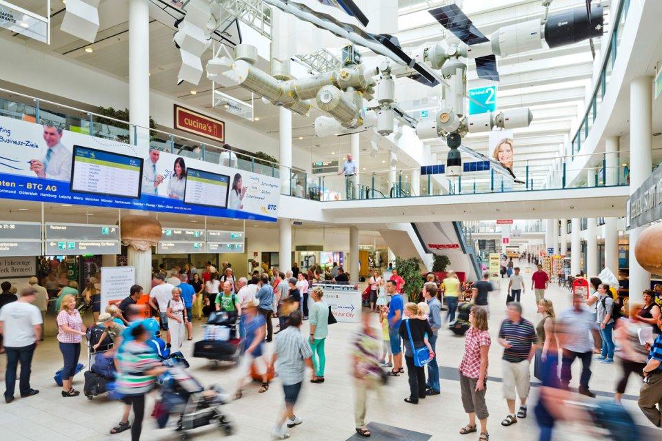 Terminal des City Airports Bremen mit Fluggästen