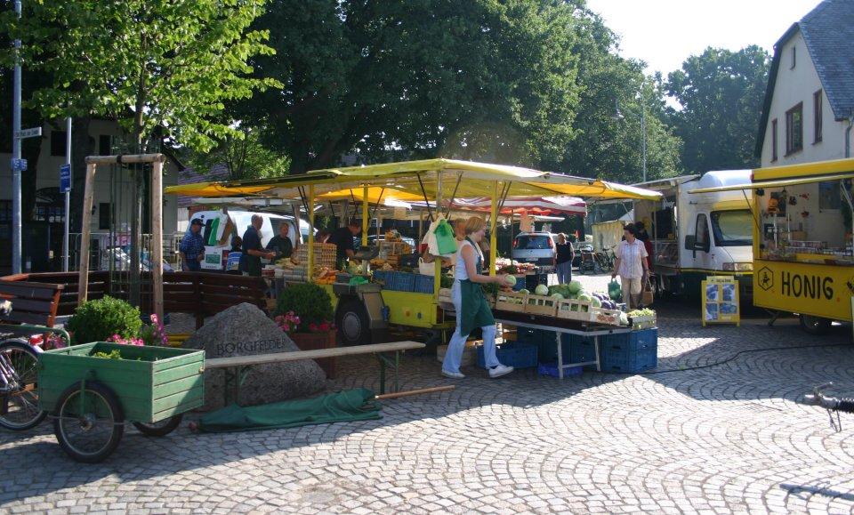 Der Wochenmarkt mit vielen Ständen im Ortskern von Borgfeld.
