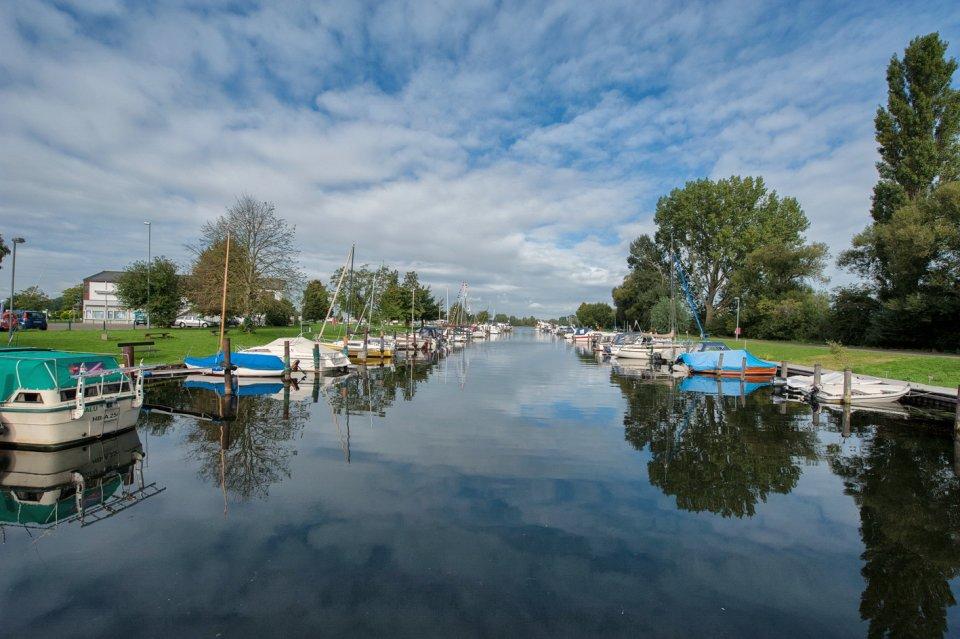 Ein Wasserlauf mit kleinen Booten zum Hemelinger Hafen.