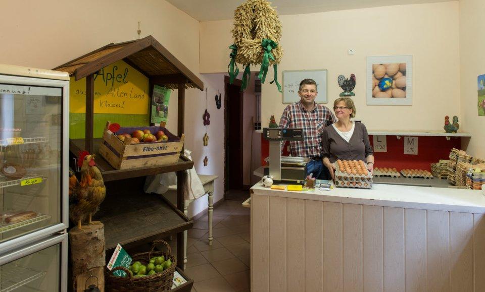 Im Hofladen Stackkamp stehen frische Eier und Körbe voll von Obst.