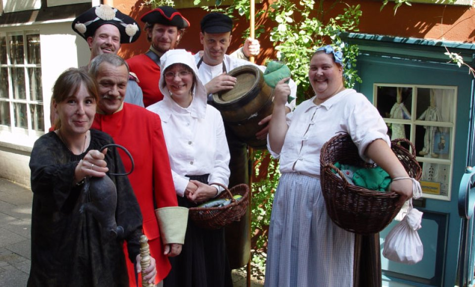 Ein Gruppenbild der Darsteller vom Geschichtenhaus in ihren historischen Kostümen