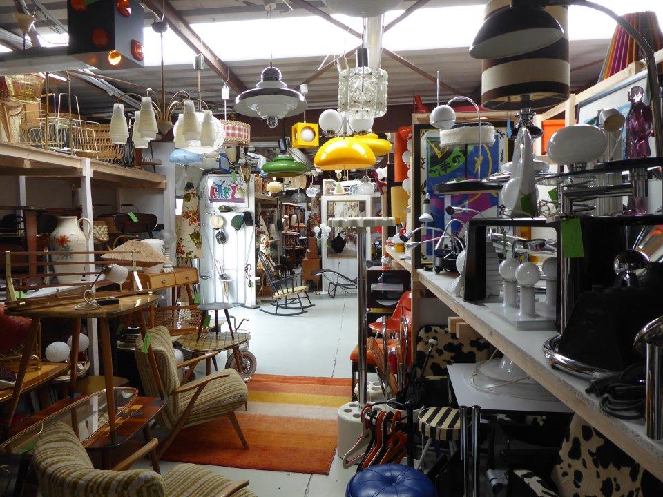 Zu sehen sind Lampen, Tische, Stühle und weitere Möbel im Vintage Stil.