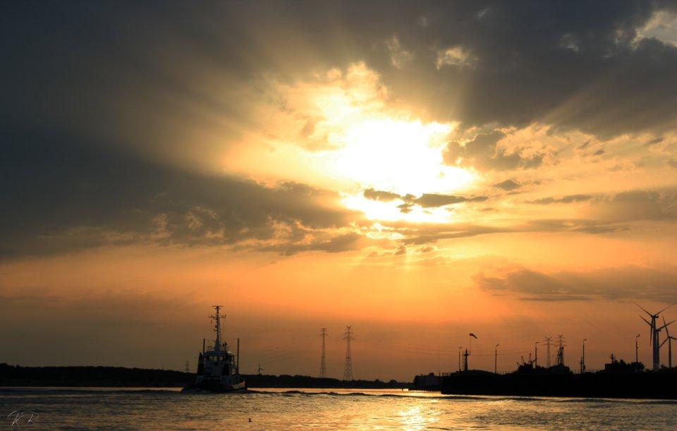 Blick von einem Boot auf die Weser mit Sonnenuntergang