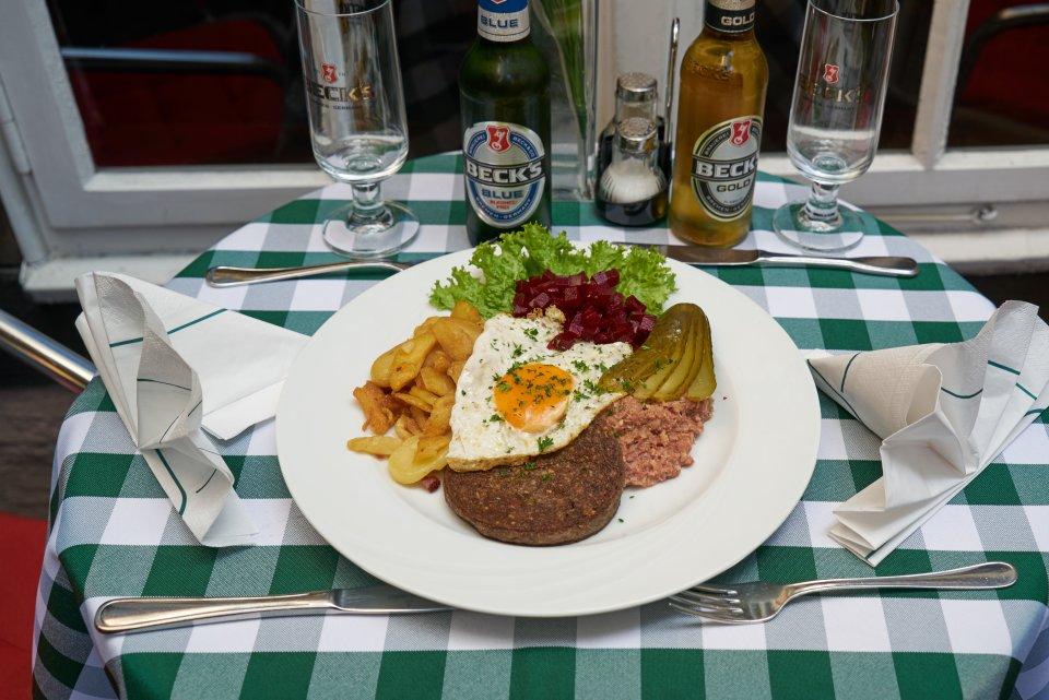 Labskaus mit Spiegelei, Gurke, Bratkartoffeln, Knipp und Rote Beete im Becks im Schnoor.