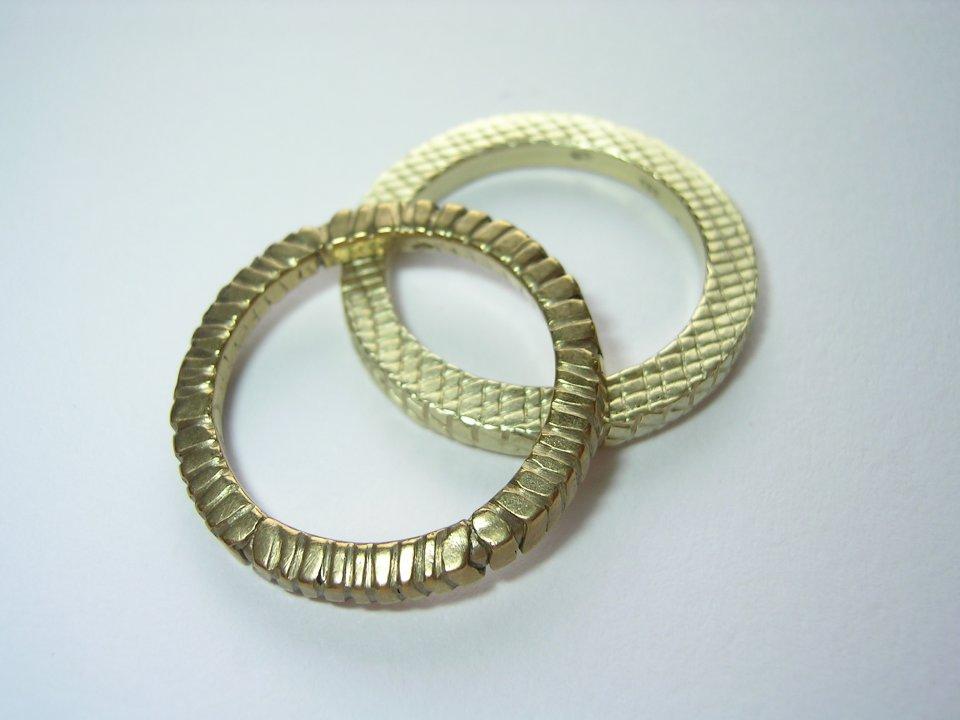 Goldene Strukturringe.
