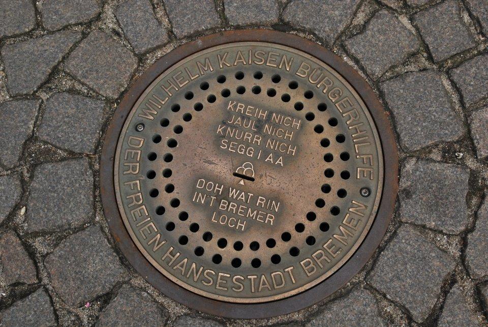 Das Bremer Loch ist ein Gullideckel mit einem Einwurfschlitz für Geldmünzen. Nach einigen Einwürfen ertönen die Geräusche der Stadtmusikanten.