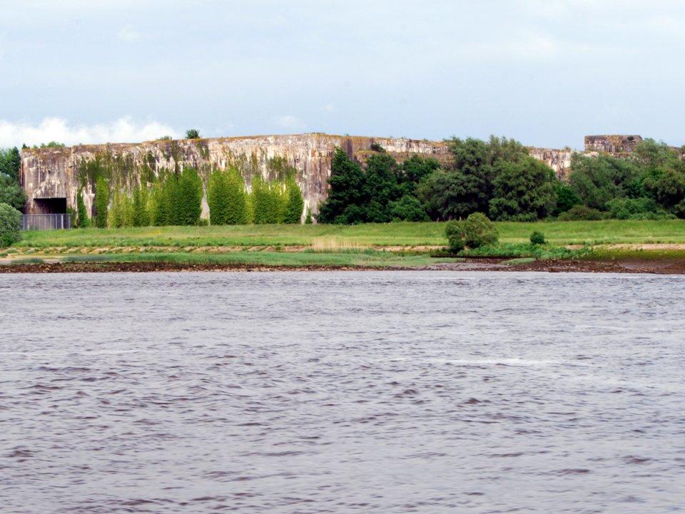 Am Ufer der Weser liegt die Ruine des gigantischen U-Boot-Bunkers Valentin