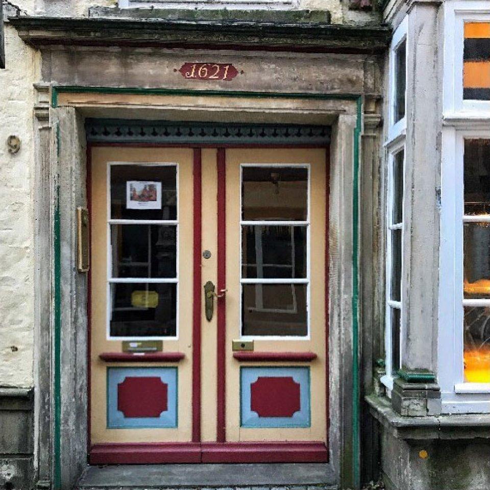 """Eine Tür mit Fenstern im Schnoorviertel. Über der Tür steht das Jahr """"1621""""."""
