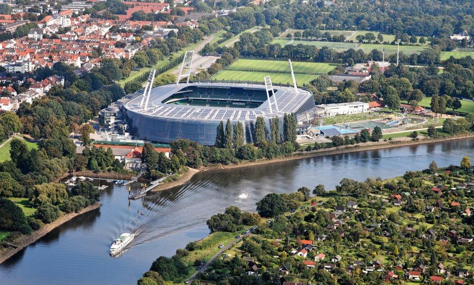 Luftaufnahme eines Stadions im Wohngebiet
