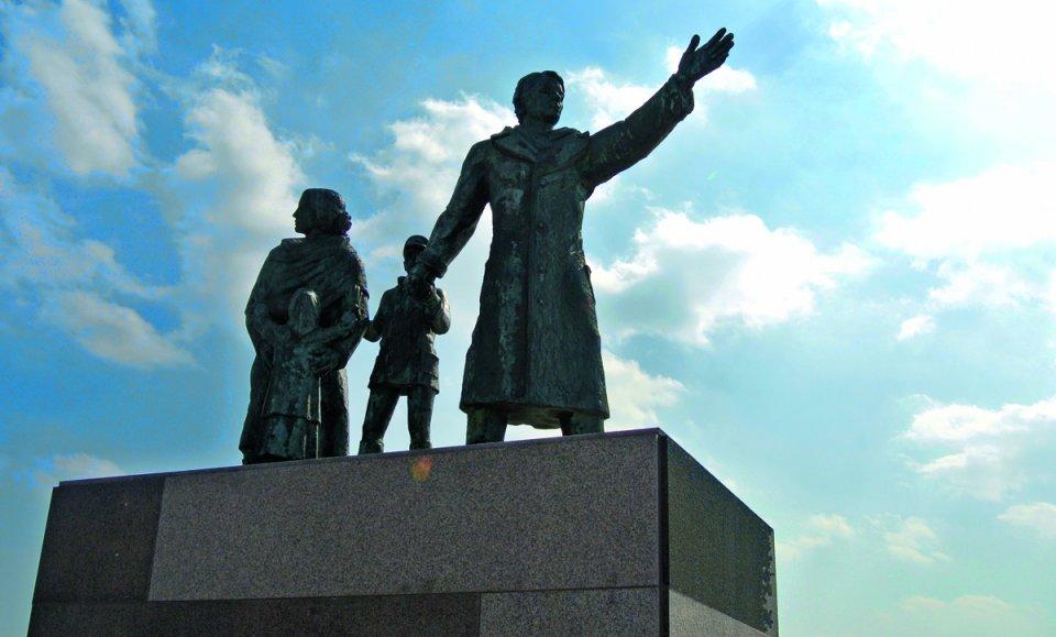 Auswandererdenkmal in Bremerhaven zeigt Eltern mit zwei Kindern