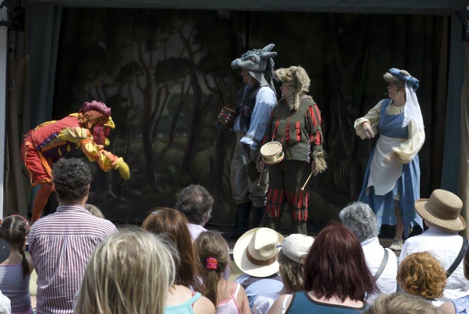 Die Schauspieler der Bremer Stadtmusikanten in Aktion auf der Bühne.