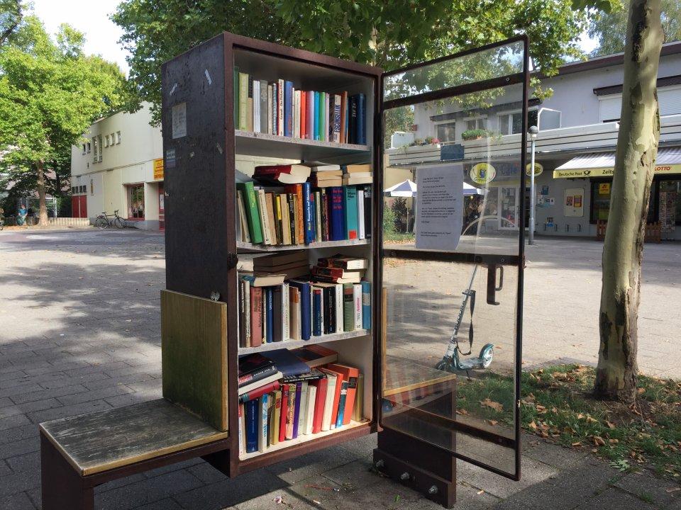 Ein leicht zu öffnender Bücherschrank steht zum Tausch und Entnehmen von Büchern auf dem Gottfried-Menken-Markt.