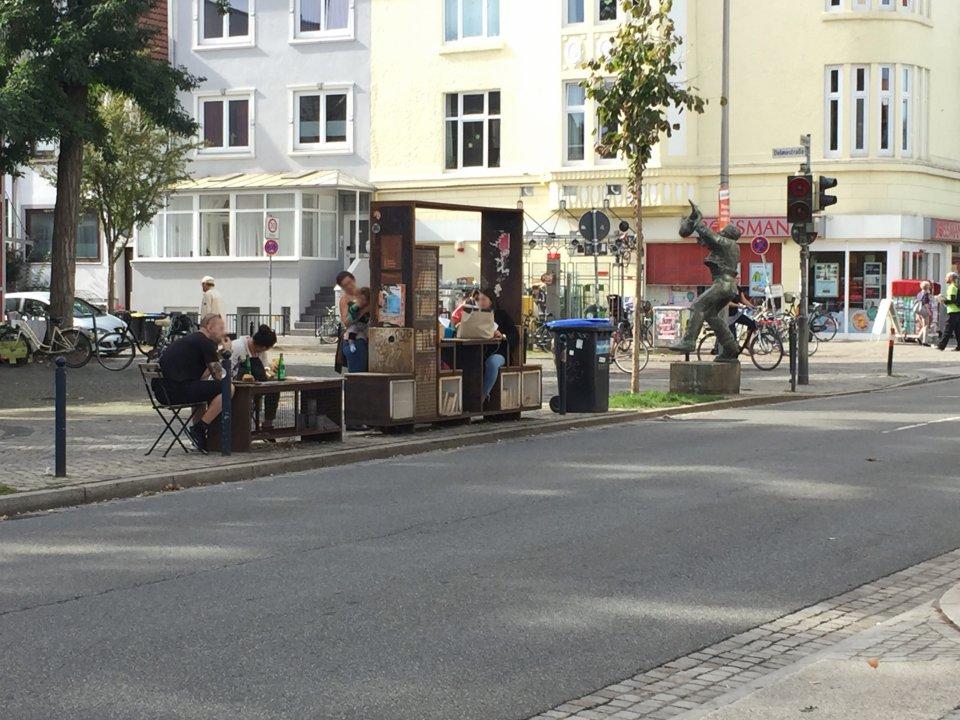 Der Bücherschrank in der Neustadt bietet auch Sitzflächen dazu an.